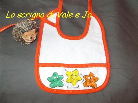 bavaglia neonato unisex ricamata a mano punto croce arancione
