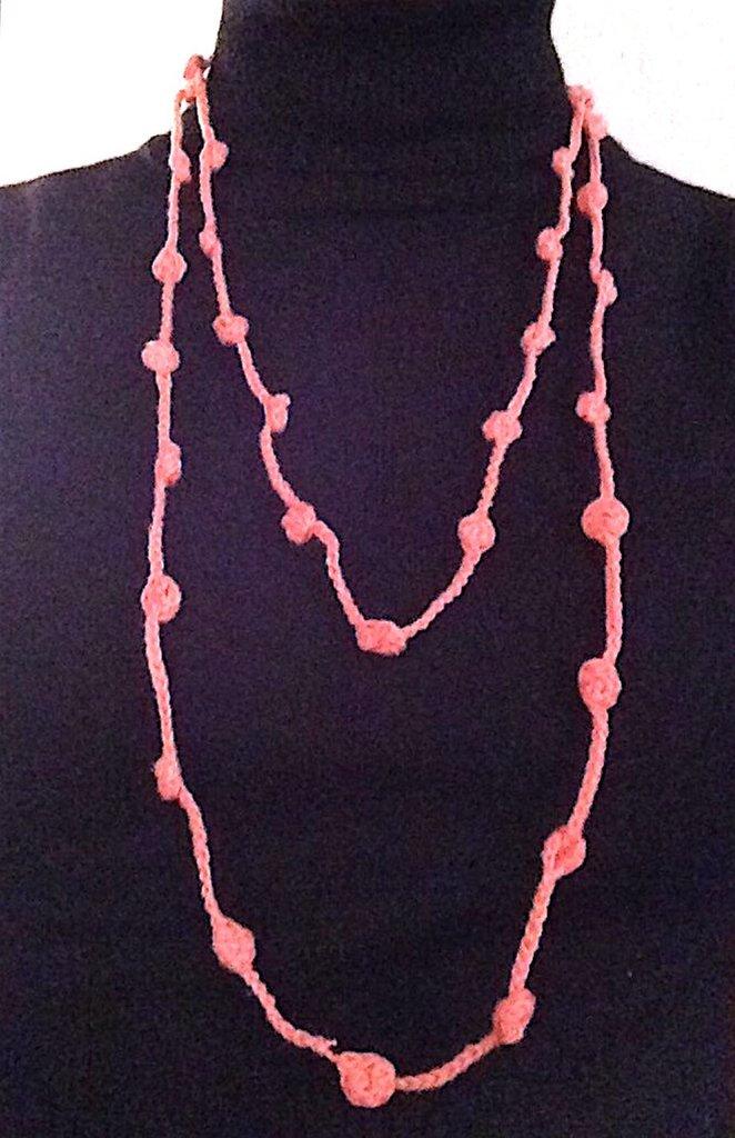 Collana lunga doppia rosa salmone, fatta a mano all'uncinetto