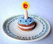 Bomboniera mini torta di compleanno amigurumi con candelina e glassa, fatta a mano all'uncinetto