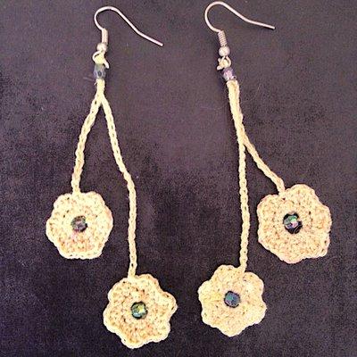 Orecchini pendenti gialli con fiorellini, fatti a mano all'uncinetto