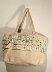 borsa in cotone beige con balze fiorite