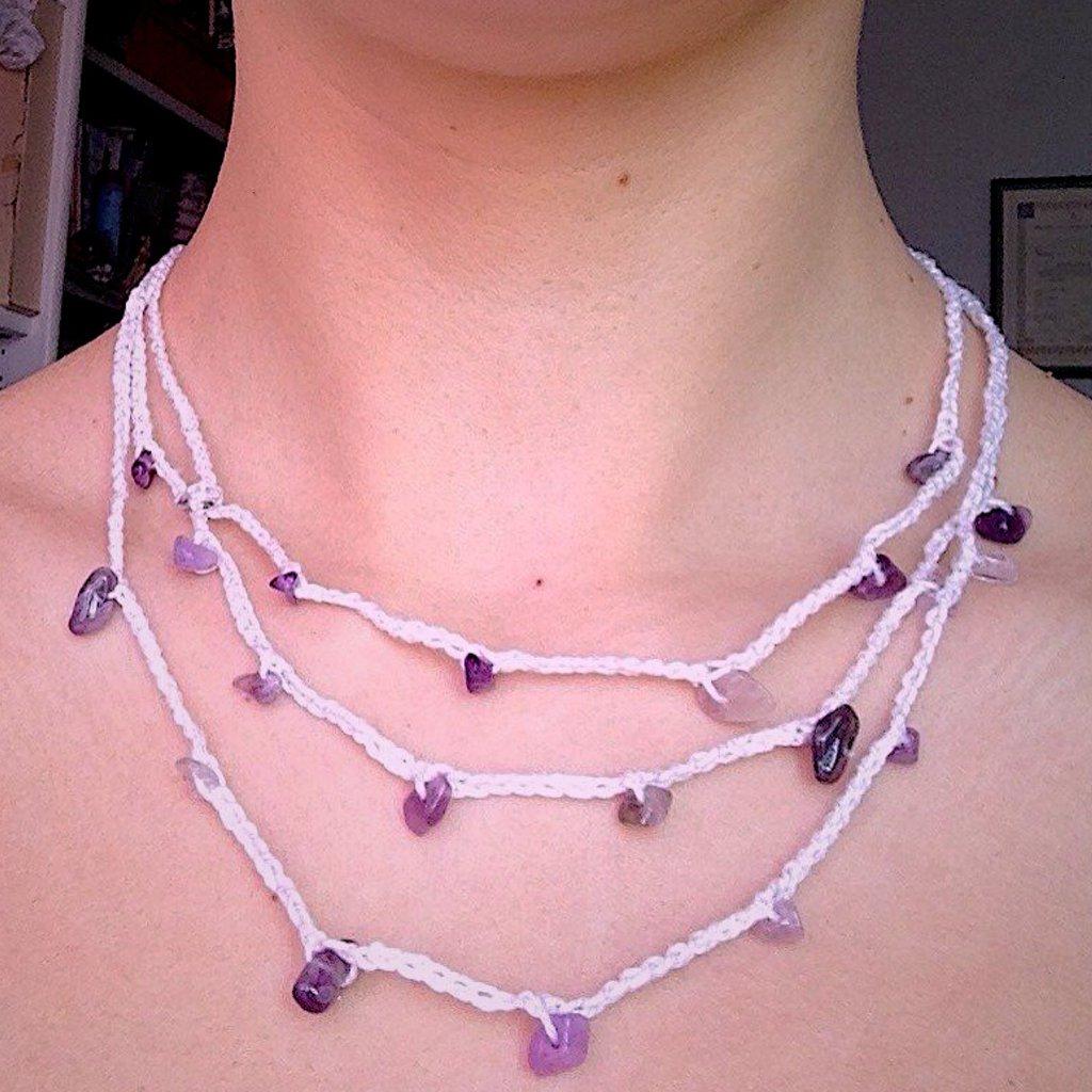 Collana bianca con pietre dure viola, fatta a mano all'uncinetto