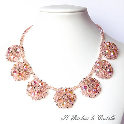 Collana girocollo con fiori in mezzo cristallo rosa cipria fatta a mano – Peonia