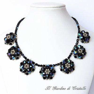 Collana girocollo con fiori in mezzo cristallo nero fatta a mano – Peonia