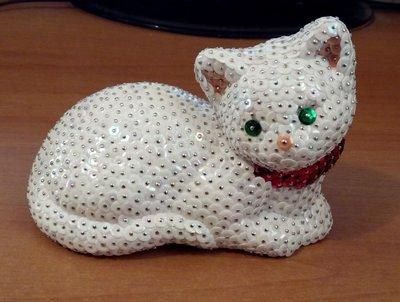 Gatto coricato completamente bianco (personalizzabile)