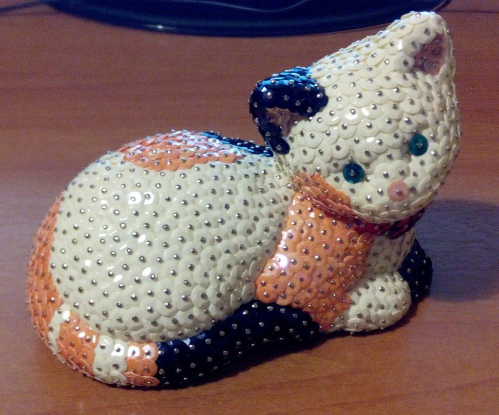 Gatto coricato bianco, arancione e nero (personalizzabile)