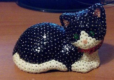 Gatto coricato bianco e nero (personalizzabile)