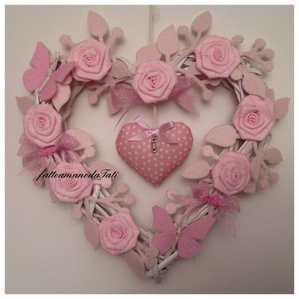 Cuore/fiocco nascita in vimini con roselline ,farfalle e cuore rosa
