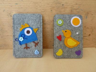 Porta cellulare in feltro decorato con uccellino e bottoni per iPhone