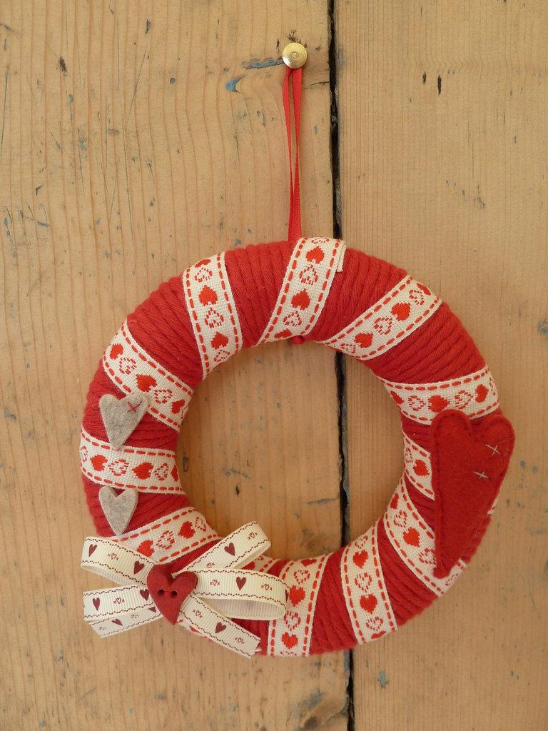 Coroncina-ghirlanda fuoriporta in cotone rosso,feltro,nastri e bottoni