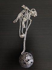 Collana lunga con catenina e ciondolo campanellino palla