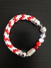 Bracciale kumihimo bianco e rosso realizzato a mano con perline