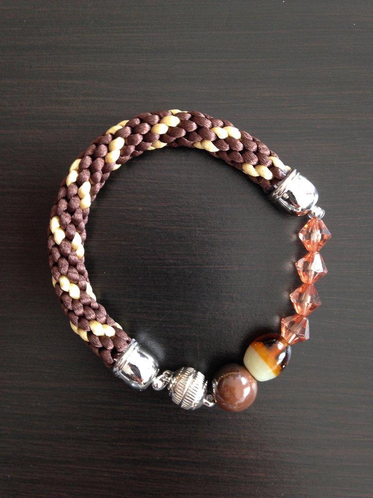 Bracciale kumihimo marrone e oro realizzato a mano con perline