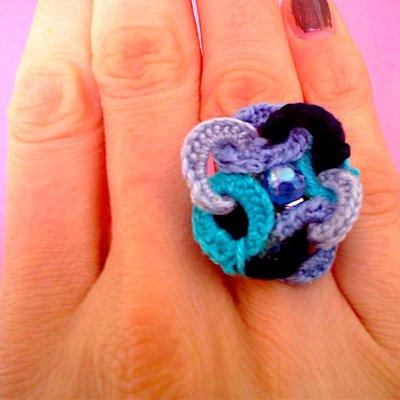 Anello sfumature d'azzurro, fatto a mano all'uncinetto