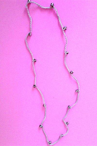 Collana lunga grigia, fatta a mano all'uncinetto con perle sfaccettate