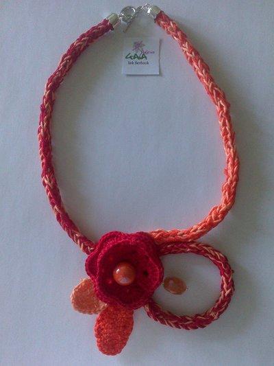 Collana rossa ed arancione ad uncinetto con fiore centrale