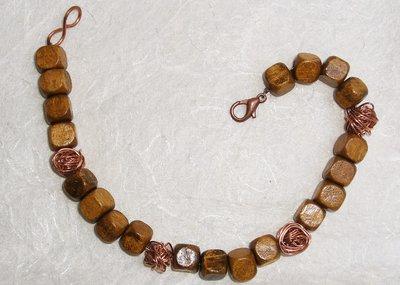 Bracciale in cubetti di legno e perle di filo d'ottone color rame
