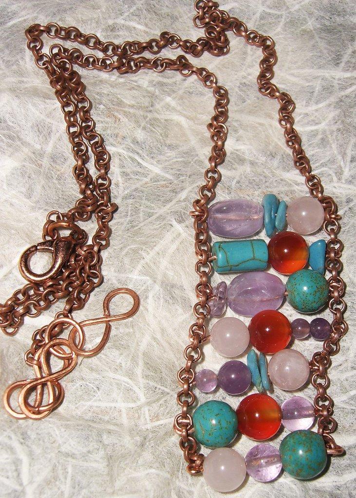 Amato Collana con catena di rame e pietre rosa azzurre viola e marroni  EA86