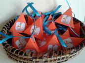 Scatolina porta confetti tema mare per matrimoni, lauree, anniversari realizzata in cartoncino monocolore e decorazione a scelta.