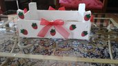 Cassetta di legno dipinta bianca con fragole