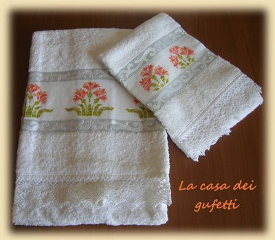 "Asciugamani in spugna bianca ricamato a punto croce ""Geranio"""