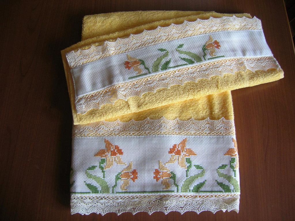 """Asciugamani in spugna gialla ricamato a punto croce """"Narciso"""""""