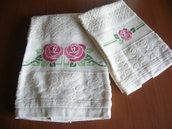 """Asciugamani in spugna beige ricamato a punto croce """"Rose"""""""
