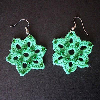 Orecchini stelle a sei punte verdi, fatti a mano all'uncinetto