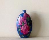 Bottiglia di vetro dipinta di magnolie.