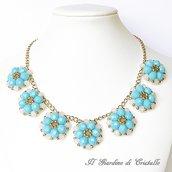 Collana con catena e fiori azzurri e rosa in mezzo cristallo fatta a mano – Camelia