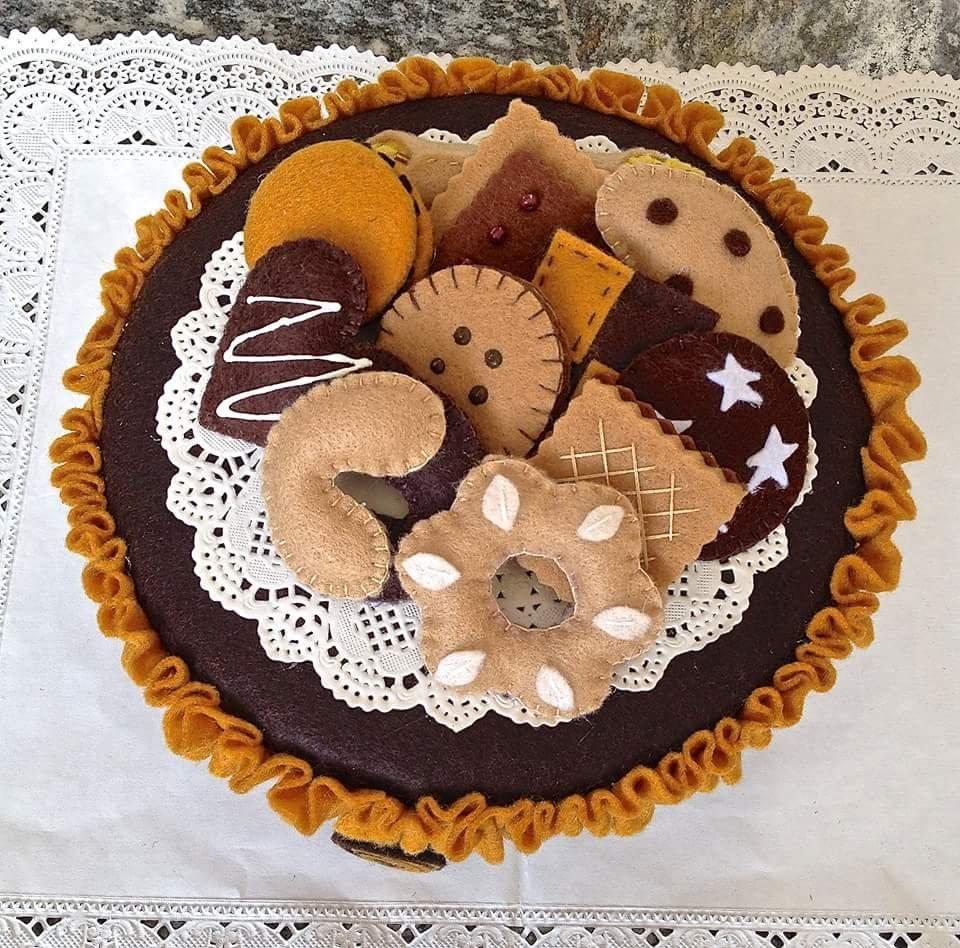 scatola di latta rivestita in feltro con decorazioni a forma di biscotto