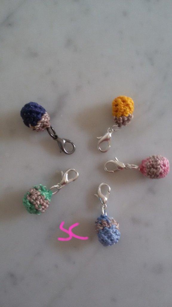 """Charm """"pallino"""" di vari colori all'uncinetto"""