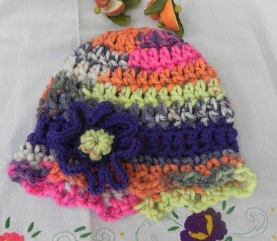 Cappello berretto donna realizzato ad uncinetto multicolore misto lana con fiore