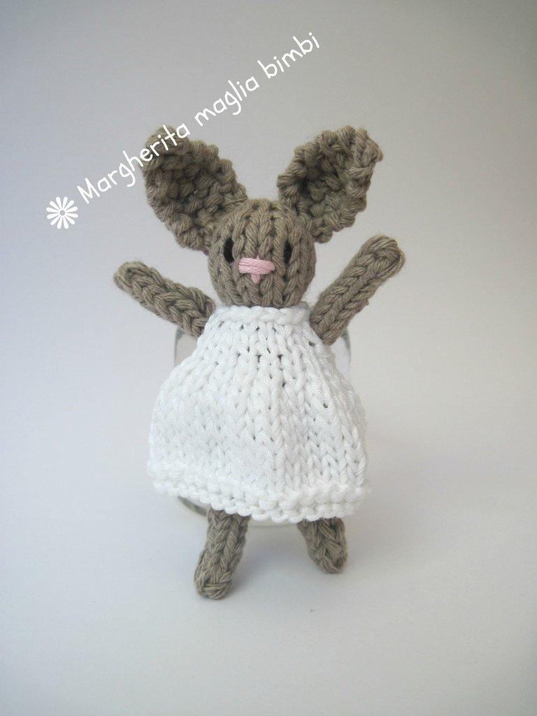 Coniglietto in cotone ecru con vestitino bianco fatto a mano ai ferri