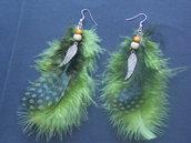 orecchini di piume con sfumature verdi e charm ali