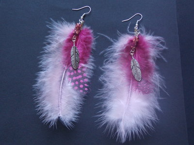 orecchini di piume con sfumature fuxia e charms piuma