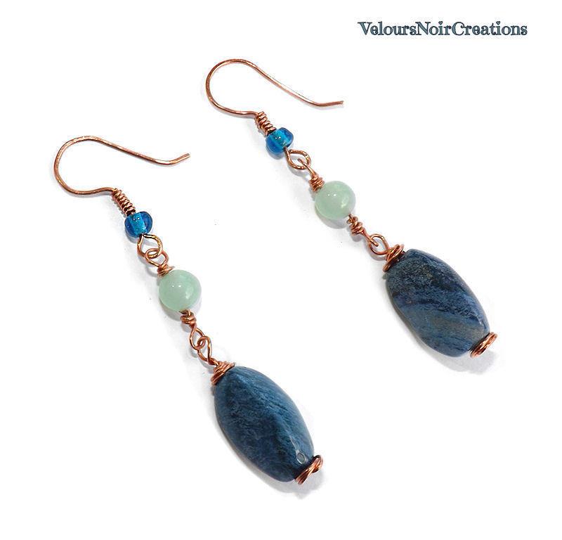 Orecchini lunghi in rame, pietra dura dumortierite e perle in vetro.