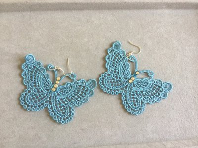 Orecchini pendenti con farfalla azzurra in filigrana macramè
