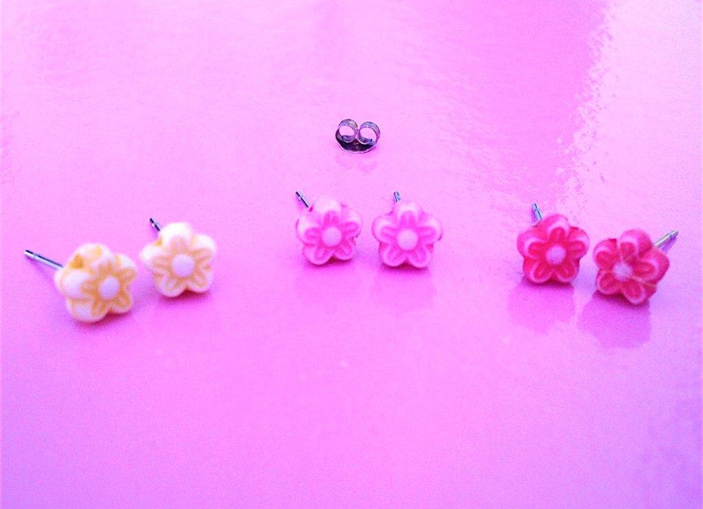 Orecchini a lobo con fiorellini colorati