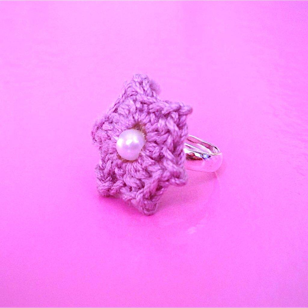 Anello con fiore stellato lilla, fatto a mano all'uncinetto