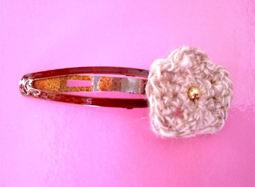 Molletta per capelli con fiore beige, fatto a mano all'uncinetto