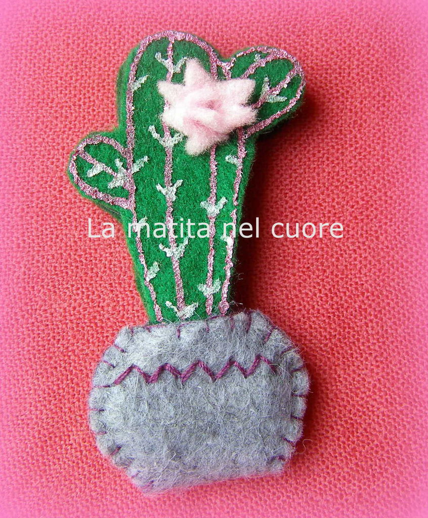 Calamita cactus con fiore rosa di feltro in vaso