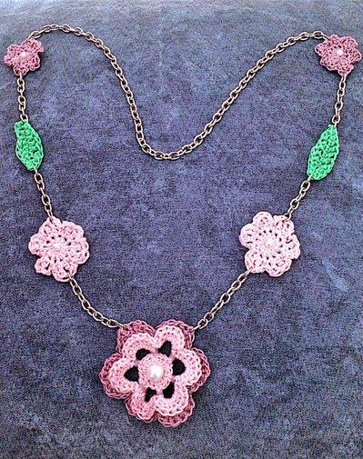 Collana catenina primaverile con fiori e foglie all'uncinetto fatta a mano