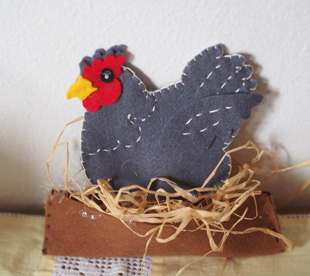 La mia simpatica gallina sta covando!Feltro.Ricamata a mano