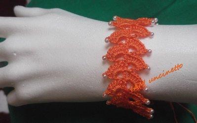 Braccialetto in cotone arancione all'uncinetto con perline