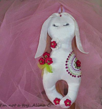 """Coniglietta imbottita in raso bianco con strass colorati """"Flora"""", fiocco nascita, regalo,  portafedi"""