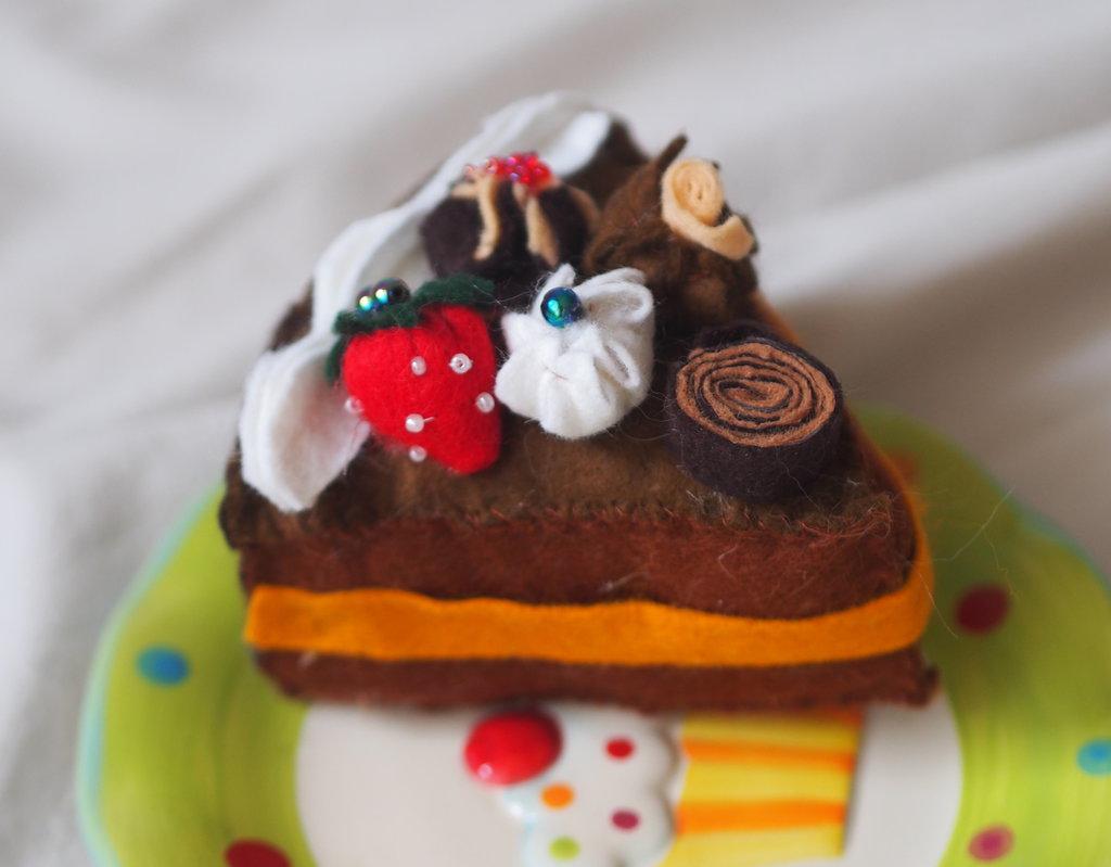 Fetta di torta-Feltro-Fantasia Riccioli di cioccolato (con creme,panna,riccioli di cioccolato e fragola)-Fatta a mano