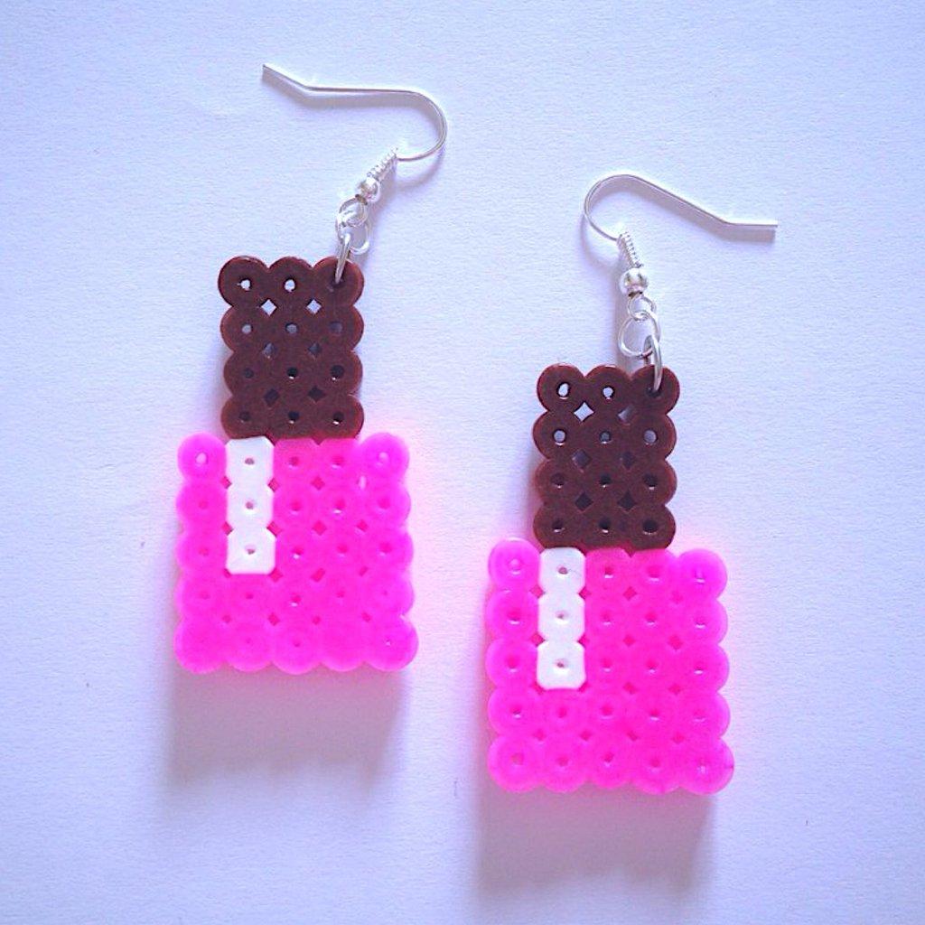 Orecchini con smalti fucsia hama beads