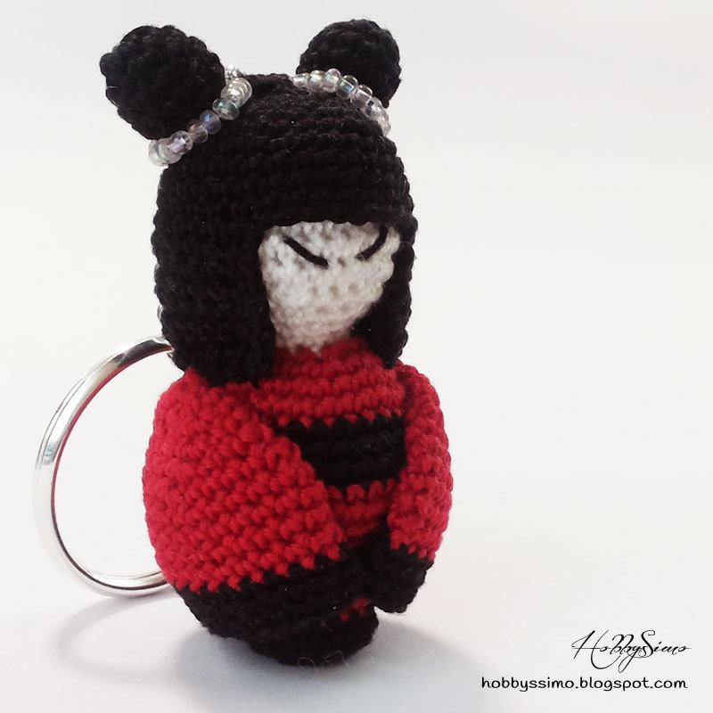 Portachiavi bambolina kokeshi all'uncinetto - Colore nero e rosso