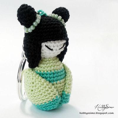 Portachiavi bambolina kokeshi all'uncinetto - Colore verde